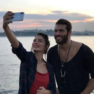 Can Yaman and Demet Ozdemir Selfy