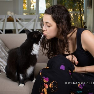 Melis birkan shooting with cat