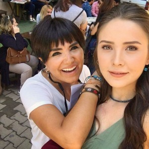 Selin Sezgin selfy with actress friend